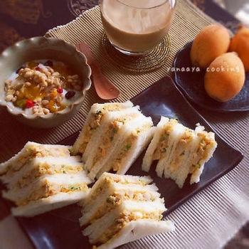 調味液にゆで卵を漬けておくだけで簡単にできちゃう、煮卵を潰してサンドしたちょっぴり和風な卵サンドです。ちょっと小腹が空いたお夜食にしても喜ばれそうですね。