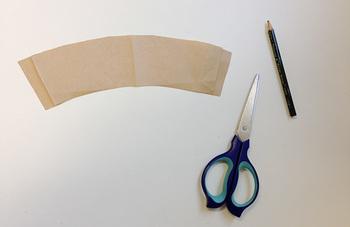 布は、コーヒースリーブ(スタバ等で使用されている紙のコーヒースリーブなど)を型紙にし、カットすると簡単に作成できます。