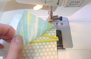 型紙どおりに切り取った三枚の布を縫い合わせ、どちらか1辺にゴムを縫い付けます。