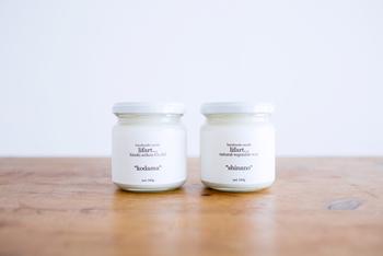 まるでジャムのような瓶に入ったフレグランスキャンドル。植物素材100%でつくられたこちらは、煙が出にくく長持ちすると評判なので、お客様を迎えるリビングにピッタリ。肝心の香りはどれも一切の嫌味がなく、ナチュラルな香り。たとえば「kodama」は柔らかな木の香りが漂います。