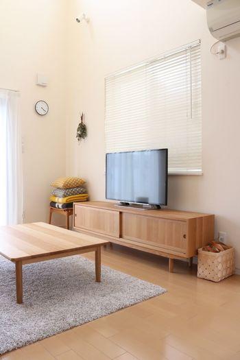 一通り片付けが終了したらテーブル・棚・テレビなど、目立つ場所のホコリや汚れを掃除します。ホコリは上から下に落ちるので、高い場所から掃除を始めてくださいね。テレビなどの電化製品のホコリも意外と目立つので、サッとお掃除しておきましょう。