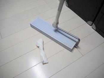 時間がある時ならきちんと掃除機をかけたいところですが、急いでいる時はそうもいきませんよね。床はフローリングワイパーで綺麗にしましょう。時間に余裕があればウエットシートで拭き掃除をすると◎。