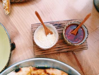 米麹とは、蒸したお米に麹(こうじ)菌を加え繁殖させたものです。 米麹の魅力は、食材と合わせると、発酵して甘味や旨みが増して美味しくなること。味噌に甘酒に、さまざまなものに利用されています。 ご飯のおともになる発酵調味料の材料にもおすすめ!  市販のものも良いですが、時間があるときはば自身でつくってみても良いですね。 今回はそんな米麹でつくるレシピはもちろん、米麹でつくった塩麹のごはんに合うレシピもあわせてご紹介します。 ※画像はイメージです。