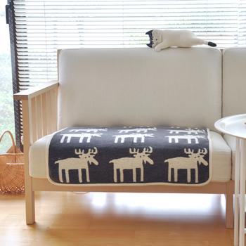 ブランケット・スローは、膝にかけるだけでなく幅広いインテリアとしての用途が。 サッと敷いてグッと素敵になるファブリックとして使えば、ゲストを迎えるソファの見た目もかわいくなりますね。
