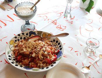 お料理に合わせてテーブルクロスを変える。それだけでおもてなしの心がつまった食卓に。北欧ブランドの食器を使うなら、ファブリックも合わせて北欧柄で楽しみましょう♪