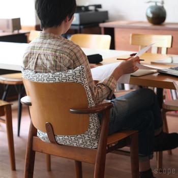 ソファだけでなく、椅子にだってクッションを。シンプルで奥深い北欧ブランドartekの家具に、同じブランドのファブリック「H55」のクッションカバーがマッチします。