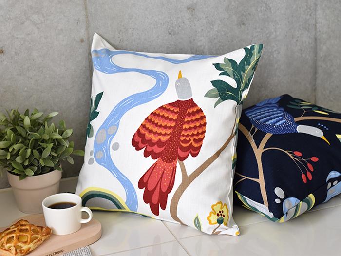 絵を飾るように、クッションでお部屋に華を添えてみるのも素敵。こちらは北欧のテキスタイルブランド「boras cotton」より、人気の「BIRDLAND(バードランド)」。赤い鳥のほか、青い鳥も選べます。
