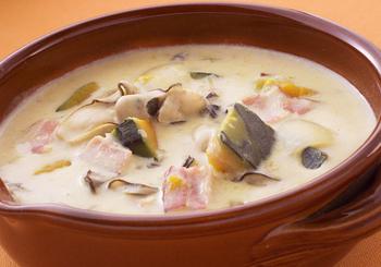 こちらも海の幸とかぼちゃで作る、やさしく香り豊かなミルクスープ。玉ねぎ、セロリ、ベーコンも入り、これだけでお腹も心も満たされそう。