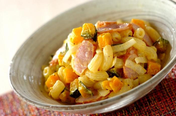 マカロニとソーセージが入ったボリュームたっぷりのサラダは、彩りも良く付け合わせとして活躍してくれるだけでなく、これだけで朝食やランチになりそう。