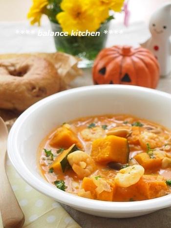 生クリームを使わずクリーミーで旨味たっぷりのスープ。トマトジュースを使っているので、長く煮込まなくてもおいしく作れる嬉しい時短レシピです。