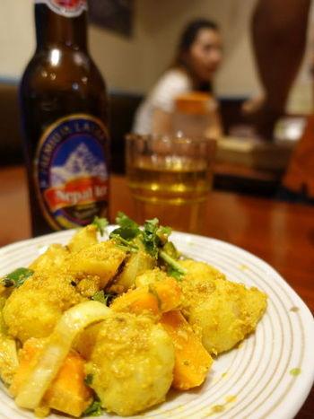 こちらの「アル・ムラ アチャル」は、じゃがいもと大根の漬物。酸味の効いたカレー味マリネのようなお味です。 他にも、スパイスの効いた「マサラオムレツ」、野菜の焼きそば「ベジチャウミン」、辛さ控えめの豆カレー「ダルカレー」は発酵させない薄焼きパン「ロティ」と一緒になど、珍しいメニューがずらりと並びます。 ランチもディナーもネパールカレーや料理が付いて1000円以下のセットもあり、手軽にネパール料理を楽しめます。
