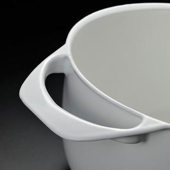 鋳物ならではの型に溶かした金属を入れ作る方式なので、鍋本体から取っ手まで継ぎが目ないのが特徴的。曲線を描くデザインが美しいですね。