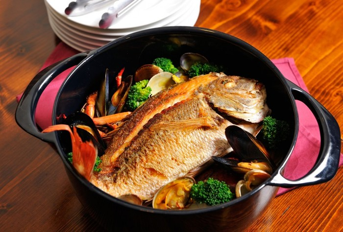 鯛を使った豪勢なブイヤベースは、鍋ごとテーブルに出しておもてなしにも。保温性が高いので、料理を温かく保ってくれます。