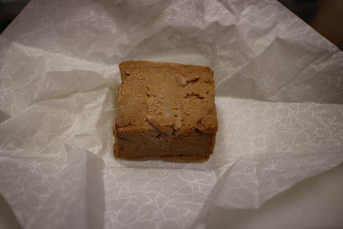 蘇とは、牛乳を発酵させずに、特殊な方法で煮詰めたもの。濃厚な味わいを楽しむことができます。日本最初のチーズとも言われており、当時は主に貴族の間で食べられていました。 こちらのお店では「飛鳥の蘇」という商品名で販売されています。