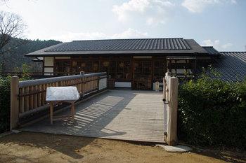 石舞台古墳の近くにある「夢市茶屋 」。お店の入り口までには橋がかけられ風情があります。