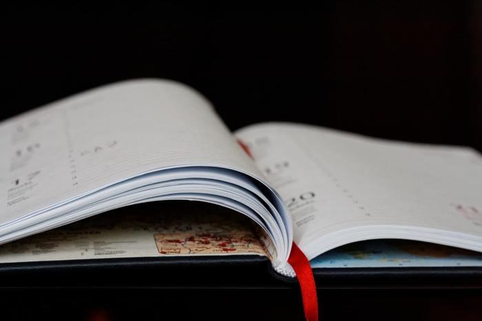 大人になってからも日記を書いているひとはいますか?良いことも悪いことも、文字にする事で頭の中が整理され、不思議と気持ちがすっきりするかもしれません。最近では「ひとこと日記帳」のように毎日ほんの少しずつ書くタイプも販売されているので、1~2行からはじめてみるのはいかがでしょうか?