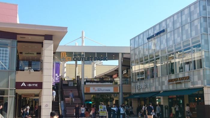 海浜幕張駅南口を出てすぐ左手にある巨大アウトレットパーク。アウトレットパークというと、車でしかアクセスできなかったり、駅からさらにバスを使ったりしないといけないところが多い中、こちらは駅前にあるのでとっても便利。