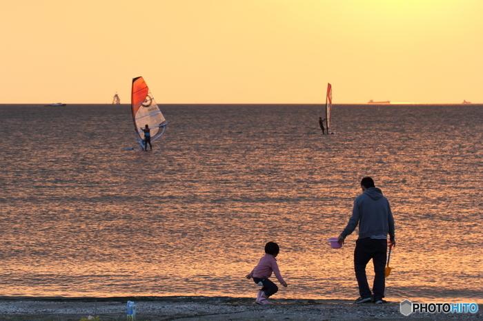 公園の近くには日本で最初の人工海浜である「幕張の浜」があり、泳ぐことはできませんが、夕暮れ時の散歩などしっとりと情緒があり、デートにも良さそう。