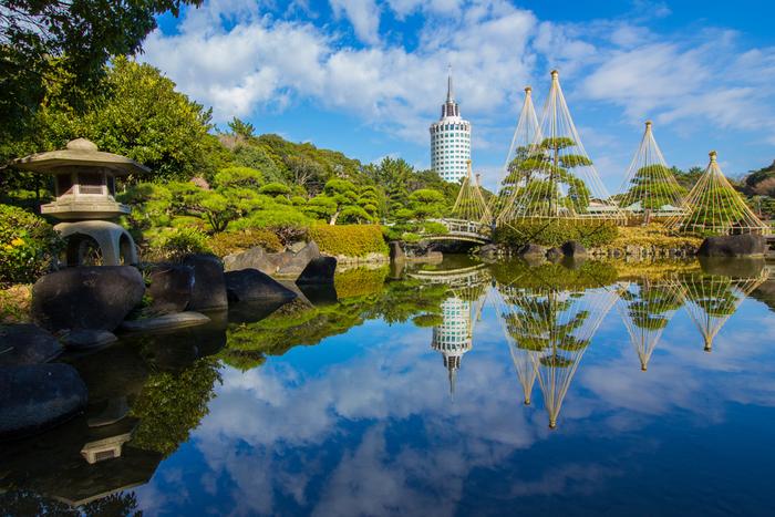幕張海浜公園内には、有料ですが池泉回遊式庭園の日本庭園があり、園内は山や川、海、など変化に富み、四季折々の自然美を満喫できます。