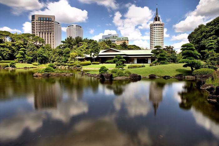 観光スポットで紹介した日本庭園「見浜園」にある、季節の和菓子と抹茶をいただける「松籟亭 」も、散策の合間に立ち寄ってみてはいかがでしょうか。