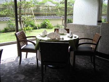 海浜幕張駅より徒歩7分、アウトレットパークからほど近い場所に位置するホテルニューオータニ幕張にある、上海料理のレストラン。窓の外に広がる緑の庭園を見渡しながら、ランチはいかがでしょうか。落ち着いた個室もあるのでお祝いなどにも使えます。