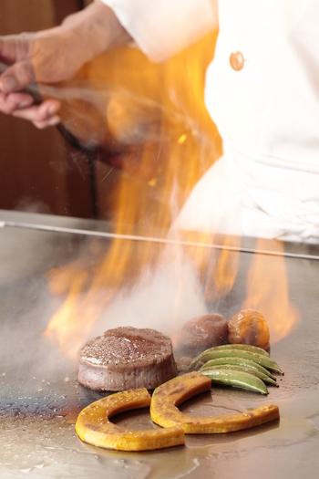 JR京葉線の海浜幕張駅から徒歩7分。アパホテル&リゾート〈東京ベイ幕張〉にある鉄板焼きのレストラン「七海」。2名~12名まで対応可能な個室が6部屋あり、それぞれの個室では担当シェフがついて、目の前で肉や野菜を焼いてくれるので、熱々の鉄板焼きを楽しめます。