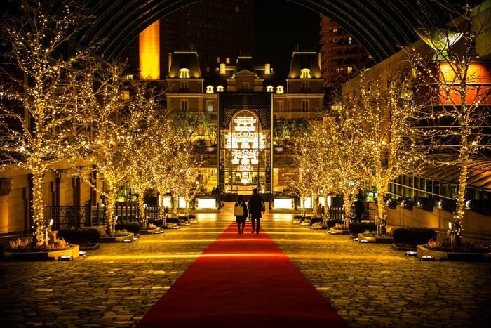 恵比寿ガーデンプレイス・クリスマスイルミネーションでは、世界が誇るバカラの巨大なシャンデリアと街路樹が煌めきます。豪華絢爛なバカラのシャンデリアが輝くゴージャスな空間で、光とガラスが織りなす煌びやかな世界に魅了されてみませんか。