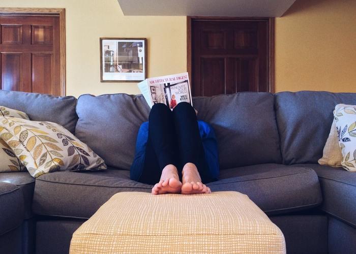 長時間のデスクワークや立ち仕事で気になるのが、脚のむくみやだるさ。  そんないや〜な現象を解消するなら、脚を上げ下げするのがおすすめですよ。  ・座っている場合…太ももを上げ下げする ・立っている場合…その場で太ももを高く上げて足踏みする  というようにやり方を変えると良いでしょう。
