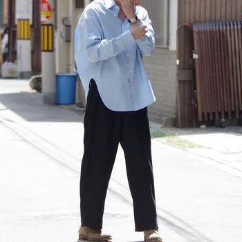 少し大きめサイズのシャツをだぼっと着るのもおしゃれです。パンツはストンとしたシルエットのほうがもたつきません。男性のシャツを借りて、女性が着るのも素敵です。