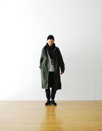 撥水性があり、機能性も抜群のコート。ユニセックスなアイテムなので、一着を男性とシェアしてもいいですね。ニットキャップやショールなど、小物の使い方でグッとおしゃれに。