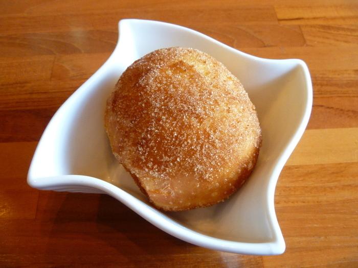 パンケーキを食べるほどお腹がすいていないという方は、こちらの「マラサダ」がおすすめ。ハワイで大人気のスイーツは、甘過ぎずふわっふわの食感が特徴の揚げパンで、コーヒーとの相性もバッチリです。
