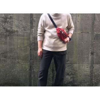 いつものコーディネートに、挿し色として赤のバッグをプラス。誰でも真似できるおしゃれなコーディネートです。普段の服がシンプルな人こそ、小物は鮮やかな色を選びましょう。
