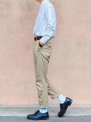 シャツの裾をパンツにインして、かっちりめに着こなすのも定番のおしゃれです。ベルトや靴は、濃い色を選ぶと引き締まって見えます。