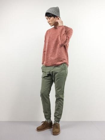 赤系やピンク系は男性が挑戦するにはちょっと難しいアイテムですよね。でも、こんな落ち着いた色なら着やすいはず。彼のファッションがちょっとマンネリになっているなら、普段は着ない色を勧めてみて。