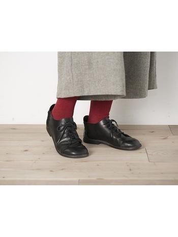 濃い目の「レッド」を足元に添えて、あたたかみのあるコーデに♪表も裏も天然繊維で編み立て、適度な厚みで履きやすい靴下です。