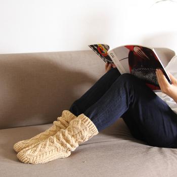 ぬくもりあるケーブル編みが印象的な「ベージュ」カラーの靴下。お部屋で寛ぐ時間にも足下を温めてくれる毛糸のルームソックスです♪