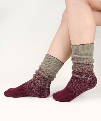 つま先にかけて「レッド」のグラデーションが広がる雪の層をイメージして作られた靴下。サボと合わせたり、サンダルに合わせても可愛いです♪