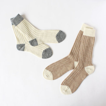 爪先やかかと、履き口がアクセントになった「ベージュ」の靴下♪ほっこりあたたかくしてくれる厚生地で保温性が高く、寒い冬にぴったりです。