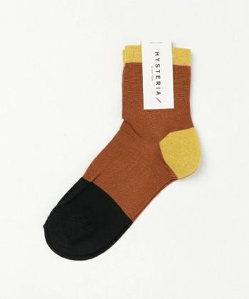 明るい「ブラウン」をメインに、黒と黄色で差し色をした3色靴下♪秋冬のシックなモノトーンコーデに、こちらの靴下で遊び心をプラスしても◎