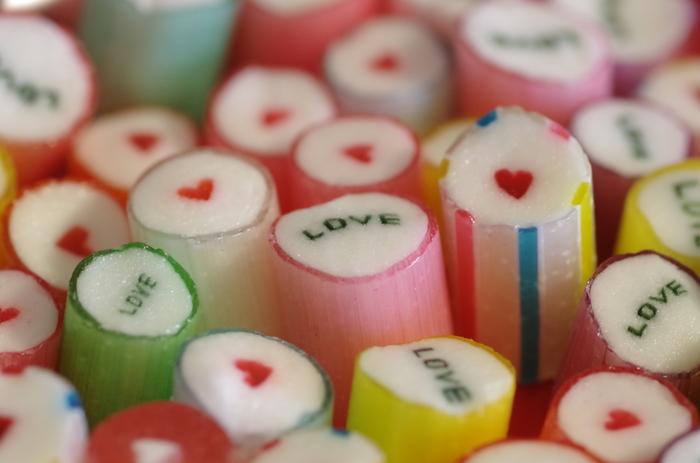 日本でいう「組飴」の技法でいろんな色の飴を組み合わせて作られます。パパブブレのキャンディは、どれも食べるのがもったいなくなるほどにカラフルで可愛いものばかり♪色やデザインも様々で、見ているだけでも気分がハッピーに!