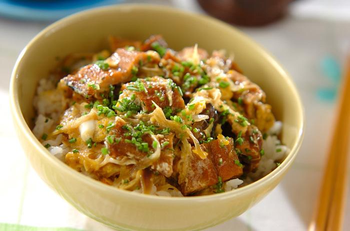 お休みの日のお昼ごはんにも喜ばれそうなボリュームのある丼ぶりレシピ。アナゴのふんわり食感とみょうがのシャキシャキ感のコントラストを楽しめる一品です。