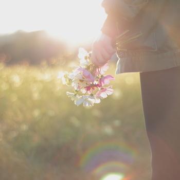 歩くなどの一定のリズムで行う運動には、幸せを感じやすくする効果があるのだそう。少し気分が落ち込んでしまったり、悩みごとがあるときこそ、積極的にお散歩に出かけてみたいですね。