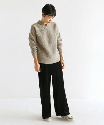 ざっくりとしたボリュームのあるセーターをベロアパンツと合わせれば、異素材の魅力をシンプルに活かしたカジュアルコーデが作れます。