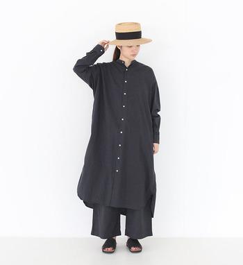 ブラックワントーンという潔いコーディネートも個性的で素敵。その場合、足元はサンダルなどで抜け感を出したり、帽子の色に少し軽さの出るものをチョイスすれば重くなりすぎません。