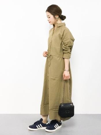 ベージュのシャツワンピースをカジュアルに大人っぽくコーディネートするなら、小物は黒がおすすめ。足元はスニーカーでカジュアルさを出しつつ、バッグはチェーンなど女性らしいものを選ぶことで子供っぽくならずに、品よく仕上がります。