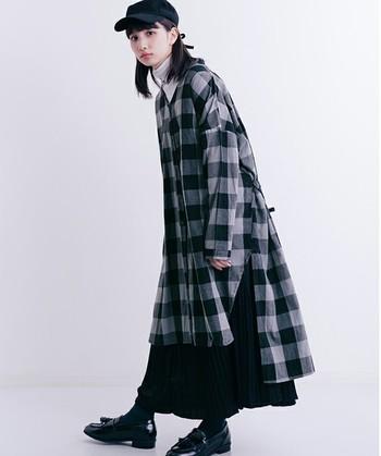 大きめチェックが目を引くシャツワンピが主役のコーディネート。ワイドパンツやスキニーを合わせても素敵ですが、プリーツスカートを合わせるのもイマっぽくて◎