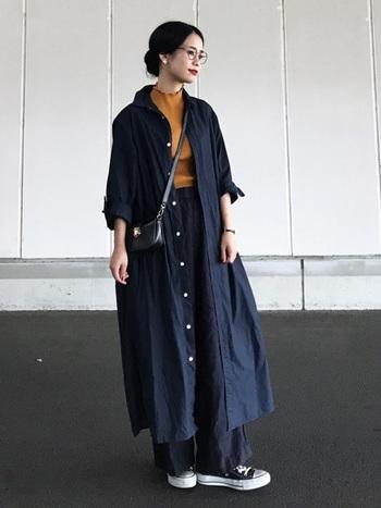 シャツワンピースをコート風に羽織る着こなしは、インナーを変えるだけで雰囲気が一変するので、何通りにも着こなせて便利。暗い色ばかりになりがちな秋冬には、レッド系やイエロー系など鮮やかなものをインナーにもってくるとメリハリのあるコーデを楽しめます。