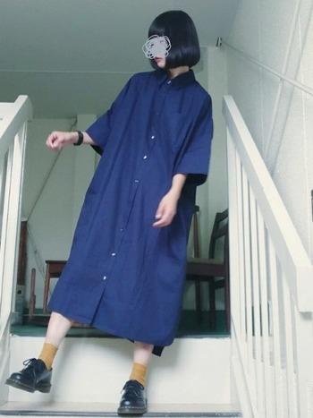 ネイビーブルーは季節・年代を問わず合わせやすい人気カラー。シンプルになりすぎないように、靴下などで差し色をプラスして。