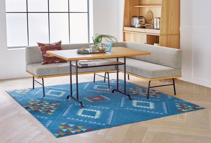 ネイティブ柄のラグはお部屋のインテリアの主役に。家具や小物など、その他のアイテムをできるだけシンプルにするとより引き立ちます。少しお部屋にスパイスが欲しいというときにおすすめです。