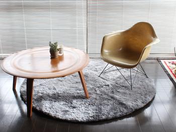 同じ無地のグレーでも素材感でもまた印象が異なります。光沢のあるラグは、お部屋にちょっぴラグジュアリーな雰囲気を漂わせてくれます。